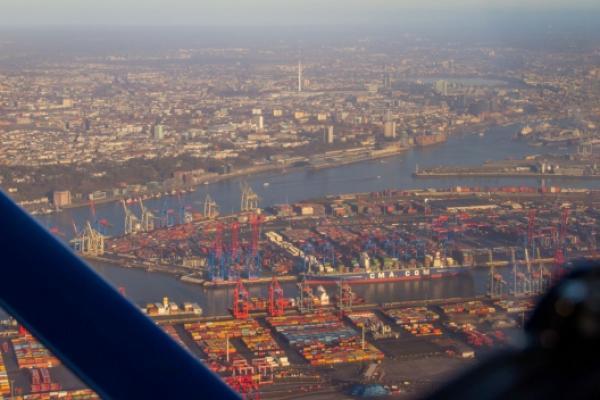 Hamburg in kristallklarer Wintersonne: glitzerndes Wasser, schimmernde Elbphilharmonie, ein bunter Hafen