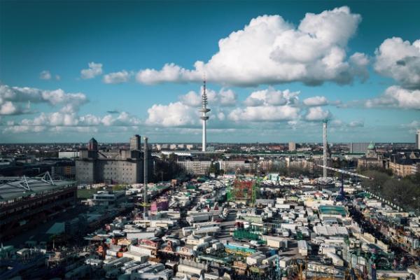 Atemberaubender Skyline Helikopterflug über Hamburg