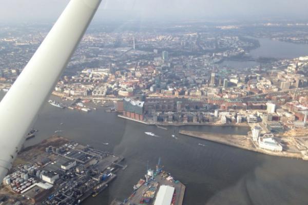 Rundflug über das Alte Land und Hamburg