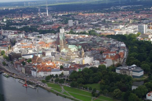 Rundflug über die schöne Innenstadt von Bremen; Start in Rotenburg